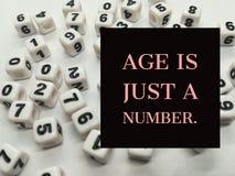 Alter ist gerade ein inspirierend Zitat der Zahl stockfoto