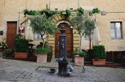 Alter italienischer Patio Stockbilder