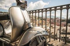 Alter italienischer Roller auf einem Standpunkt der Stadt von Genua, Italien Lizenzfreie Stockbilder