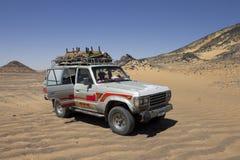 Alter Jeep in einer schwarzen Wüste lizenzfreie stockbilder