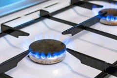 Alter Küchenofenkoch mit dem Brennen der blauen Flammen Mögliche Durchsickern- und Gasvergiftung Haushaltsgasherd stockfoto