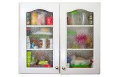 Alter Küchenschrank voll von Tonwaren- und Küchengeräten Stockbild