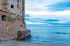 Alter Küstenturm Torre Mozza in Toskana stockbild
