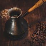 Alter Kaffeetopf auf hölzernem rustikalem Hintergrund Stockfotografie