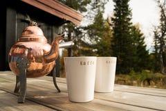 Alter Kaffeetopf mit Schalen Stockfoto