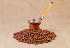 Alter Kaffepotentiometer und Kaffeebohnen Stockfotos