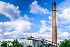 Alter Kamin der Fabrik durch Tallinn in Estland Lizenzfreie Stockfotos