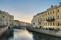 Alter Kanal in der Mitte von St Petersburg Stockfoto