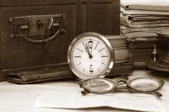 Alter Kasten und verschiedene alte Sachen Lizenzfreie Stockbilder