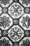 Alter Keramikziegel mit Schwarzweiss-Muster Lizenzfreies Stockbild