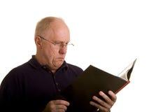 Alter Kerl in den Lesegläsern mit Buch Stockfoto