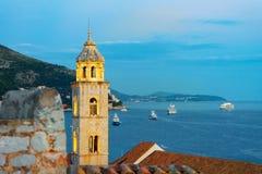 Alter Kirchenglockenturm und adriatisches Meer in Dubrovnik am Abend Stockbild