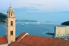 Alter Kirchenglocketurm und adriatisches Meer Dubrovnik am Abend Lizenzfreies Stockfoto