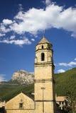Alter Kirchturm mit Ansichten von Parque National de Ordesa nahe Ainsa, Huesca, Spanien in Pyrenäen-Bergen Stockbilder