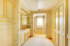 Alter klassischer amerikanischer Hausantiken-Badezimmerinnenraum mit Tapete und Teppich stockfoto