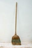 Alter klassischer Broomstick gegen Wand Stockfotos