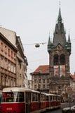 Alter klassischer Vagabund in den Straßen von Prag während des Winters stockfotos