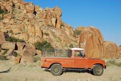 Alter Kleintransporter in der felsigen Landschaft Namibia Stockfotografie