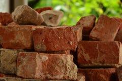 Alter Klinkerstapel des roten Backsteins in te Sonnenlicht, gebrochene Ziegelsteine stockfoto