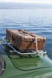 Alter Koffer auf Weinlesesportwagen Lizenzfreies Stockfoto