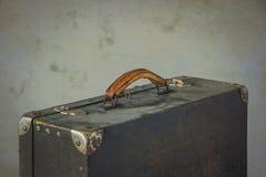 Alter Koffer mit gelbem Griff Lizenzfreie Stockfotografie