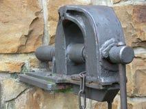 Alter Kolben angebracht an der Hausmauer lizenzfreies stockfoto