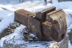 Alter Kolben, zum des Werkzeugs in der Kälte unter dem Schnee festzuklemmen Stockfoto