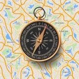 Alter Kompass auf Kartenhintergrund Lizenzfreie Stockfotografie