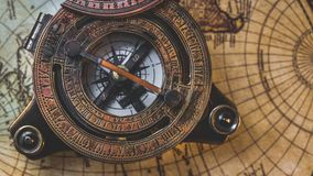 Alter Kompass auf Weltkarte lizenzfreie stockfotografie