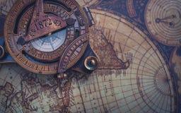 Alter Kompass auf Weltkarte lizenzfreie stockbilder