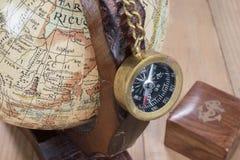 Alter Kompass und Kugel Lizenzfreies Stockfoto