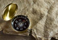 Alter Kompass und Papier Stockfotos
