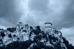 Alter Kontrollturm auf dem felsigen Berg Lizenzfreie Stockfotos