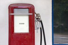 Alter Kraftstoff-füllende Spalte stockfotografie