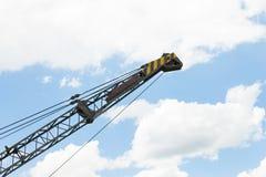 Alter Kran oder Metallbau und Riemen auf blauer Himmel-Hintergrund-Seitenansicht stockbild