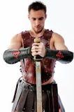 Alter Krieger mit Klinge auf weißem Hintergrund Stockfoto