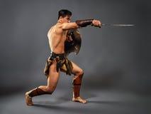 Alter Krieger Schlag mit einer Klinge lizenzfreie stockfotografie