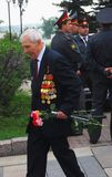 Alter Kriegsveteran, der mit Blumen geht Stockfotos