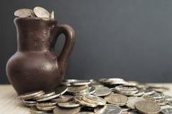 Alter Krug mit Münzen Alte Münzen in einem Topf Lizenzfreies Stockfoto