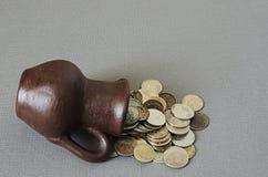 Alter Krug mit Münzen Alte Münzen in einem Topf Lizenzfreie Stockbilder