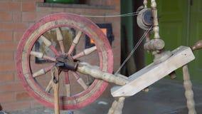 Alter lötender Antrieb der Maschine zu Fuß gemacht vom Holz Europäische Kultur stock video footage
