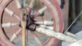 Alter lötender Antrieb der Maschine zu Fuß gemacht vom Holz Europäische Kultur stock video