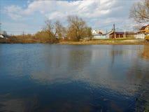 Alter ländlicher Teich im Frühjahr Lizenzfreie Stockbilder