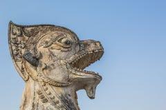 Alter Löwe vor Tempel Stockfoto