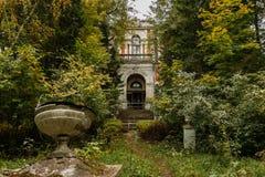 Alter Landsitz im Park Stockbilder