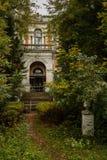 Alter Landsitz im Park Stockbild