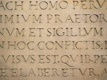 Alter lateinischer Text graviert auf Stein stockfotos
