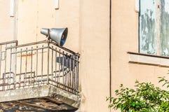 Alter Lautsprecher auf dem Balkon des zweiten Stocks lizenzfreie stockbilder