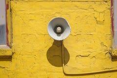Alter Lautsprecher auf dem Zementwandhintergrund Lizenzfreie Stockbilder