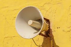 Alter Lautsprecher auf dem Zementwandhintergrund Stockfoto